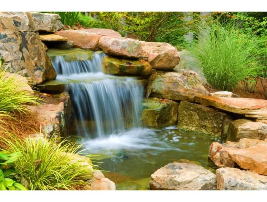 Yapay şelale ve çağlayanlar su peyzajında bahçelerin vazgeçilmezlerindendir. Bir çok işletme kısıtlı büyüklükteki bahçesine ekosistemli gölete karşı