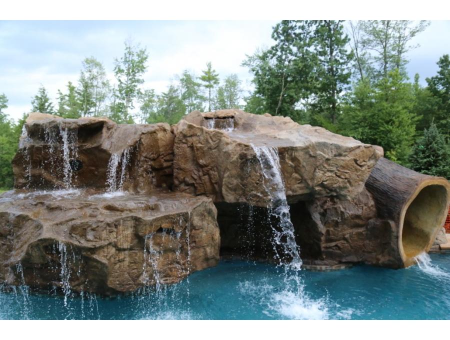 Yapay şelale uygulaması doğal şelaleden farklı olarak tamamen suni malzemelerden imal edilir. Güçlendirilmiş özel formül içeren beton kullanılır. Doğal